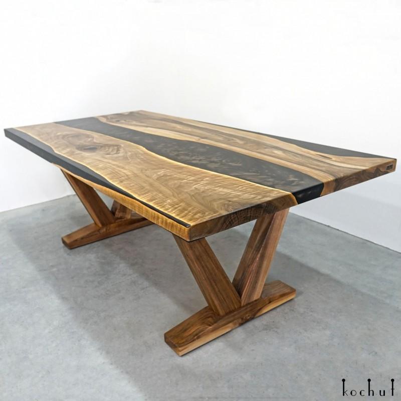 Обеденный стол «Цинамон». Европейский орех, эпоксидная смола, полиуретан