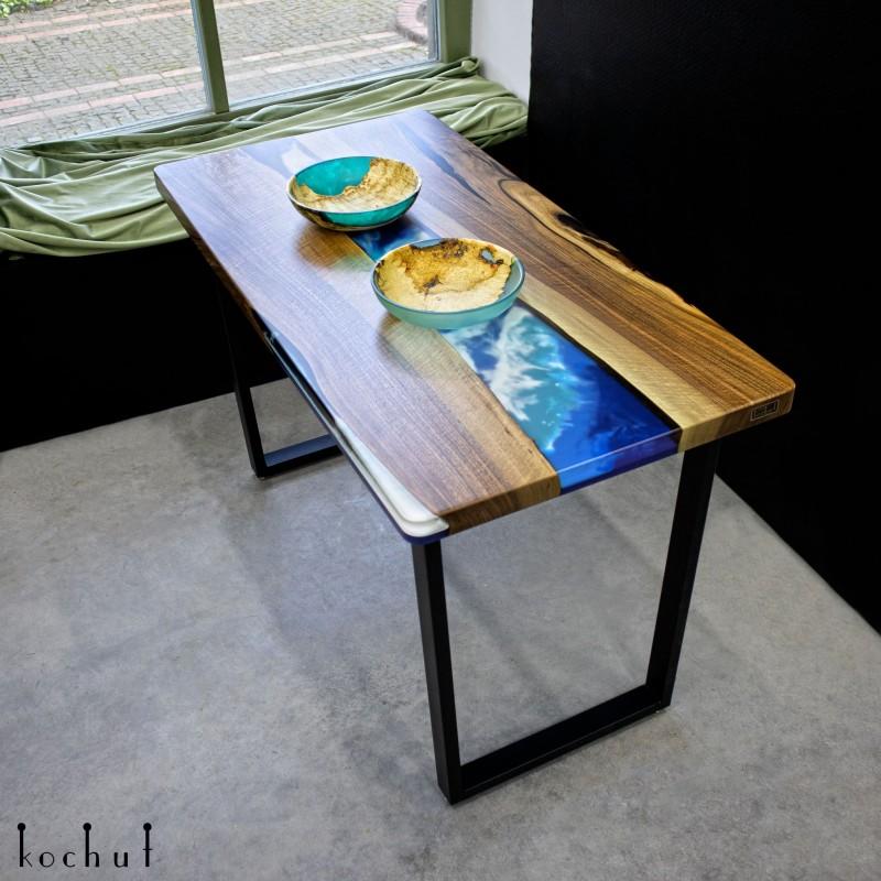 Обеденный стол «Залив». Европейский орех, эпоксидная смола, полиуретан