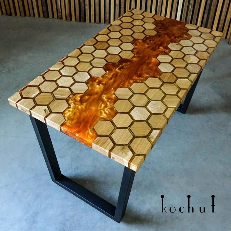 Обеденный стол «Медовые соты». Дуб, эпоксидная смола, полиуретан